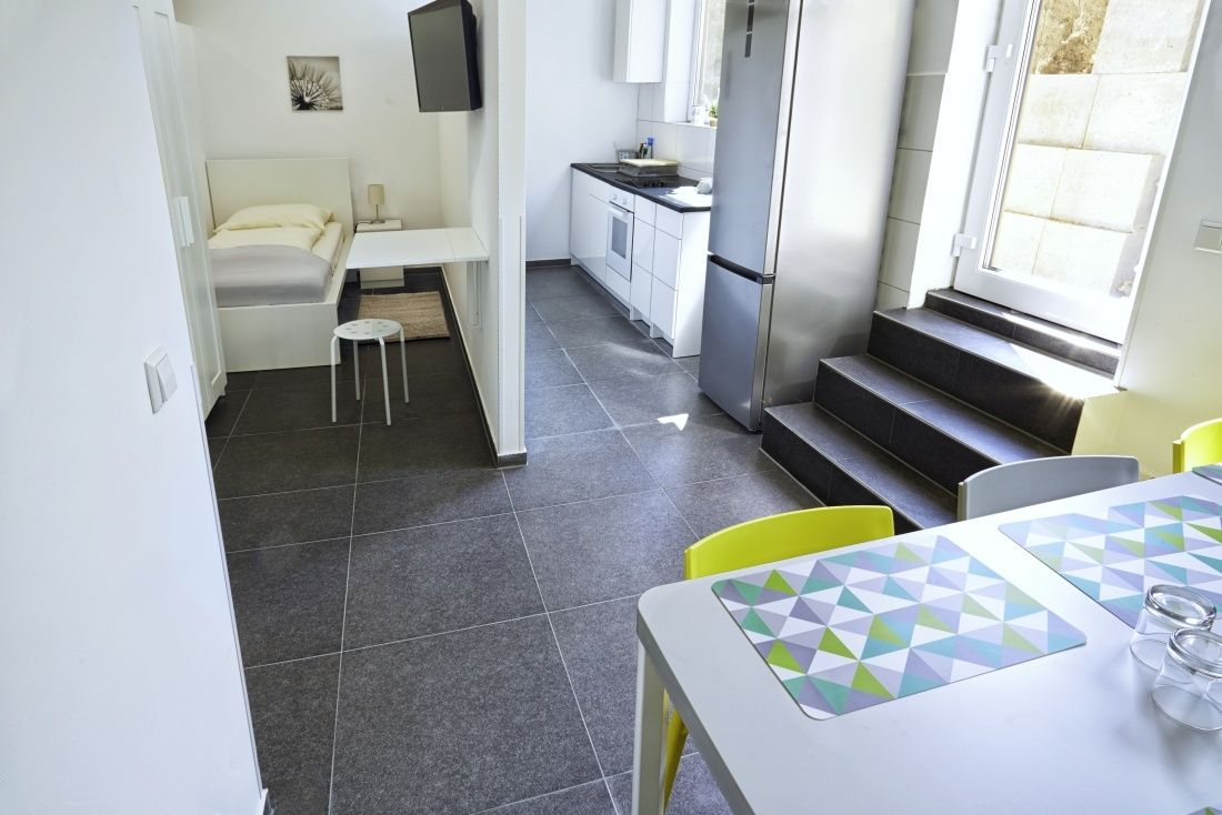 Kemnater Apartments: Shared room Stuttgart - shared kitchen, terrace and separate furnished room