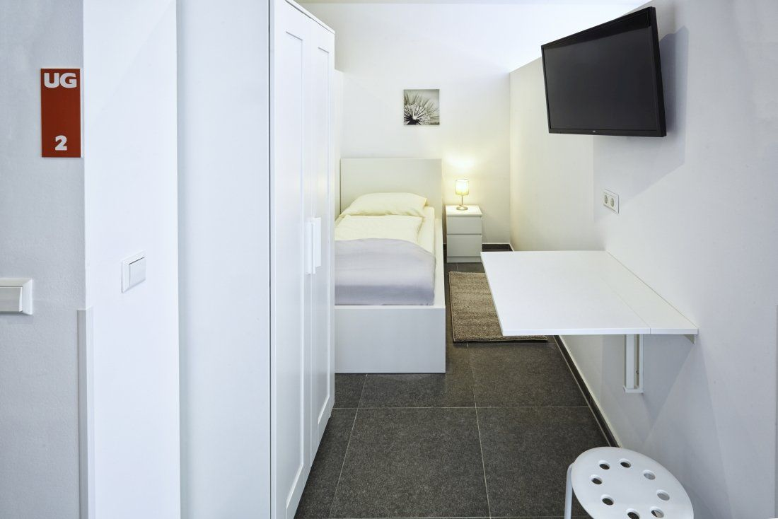 Kemnater Apartments: Shared room Stuttgart - furnished room and wardrobe