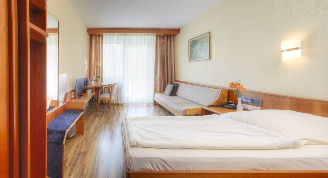 Kemnater Apartments: Room with double bed - temporary living Stuttgart - furnished apartment - KemnaterHof