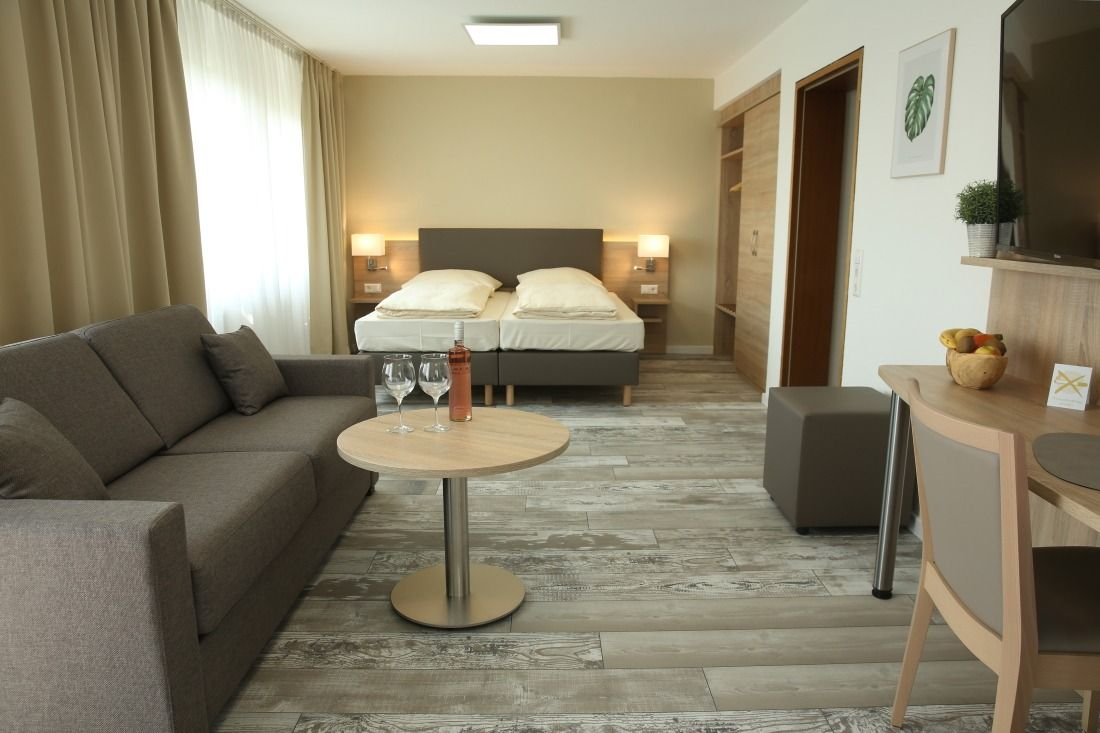 Kemnater Apartments: Suite with double bed Hotel Stuttgart Messe